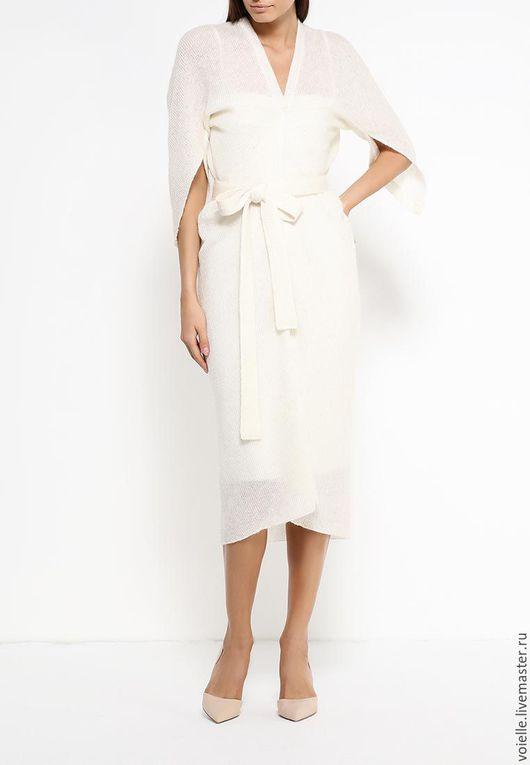 Платье лёгкое паутинка женское из шерсти белое молочное с люрексом, длиной до колен свободного кроя, комфортное, удобное на каждый день, из шерстяного трикотажа на отдых, на корпоратив, в офис