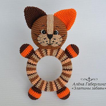 Куклы и игрушки ручной работы. Ярмарка Мастеров - ручная работа Котик Кругляш - погремушка на деревянном кольце, вязанная крючком. Handmade.