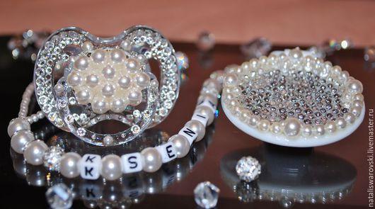 Подарки для новорожденных, ручной работы. Ярмарка Мастеров - ручная работа. Купить Пустышка+держатель инкрустированные кристаллами Swarovski+жемчуг Swar). Handmade. Белый