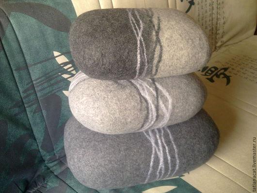 Войлочные камни-подушки. Диванчик немного не в теме, но ведь главные они, камни, которые найдут подходящее место для своей жизни. Стоимость от 2,5 т.р. Размеры оговариваются