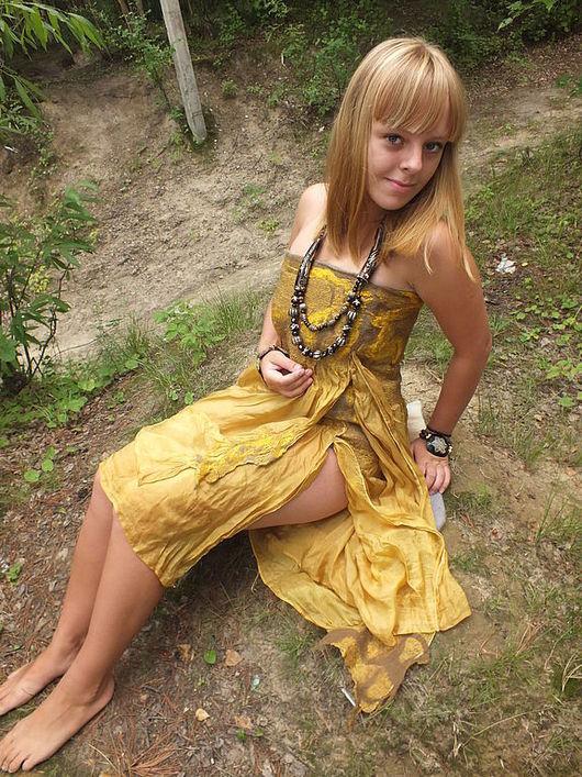 платье -юбка выполнено из  натурального шелка  и шерсти меринос с,декорировано шелком и вискозой.