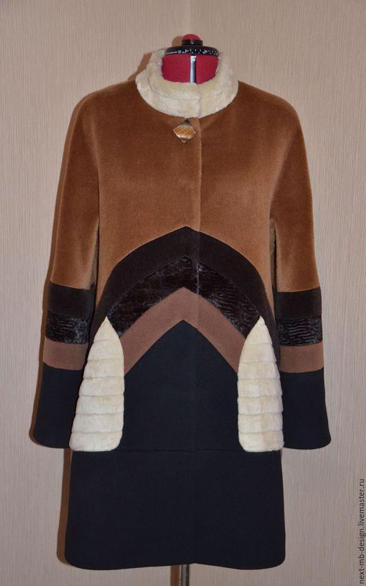 Авторское пальто ручной работы. Пальто силуэта трапеция с геометрическим рисунком позволяет выглядеть стильно и модно.