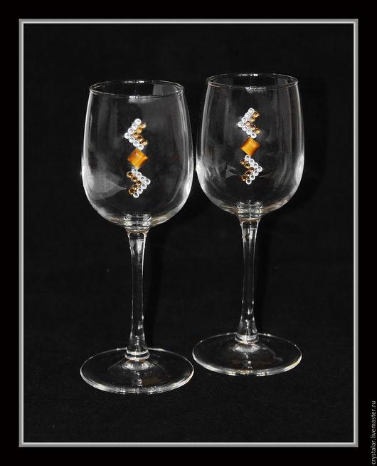 Бокалы для вина. В наборе 2шт. Объёмом 300мл. Высота бокала 20,5см. Инкрустированы кристаллами хрусталя Preciosa (Чехия) и природным минералом Тигровый глаз. Упакованы в  подарочную коробку.