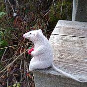 Войлочная игрушка ручной работы. Ярмарка Мастеров - ручная работа Мышонок из шерсти.Валяная мышка в подарок Новый год крысы.белая мышь. Handmade.