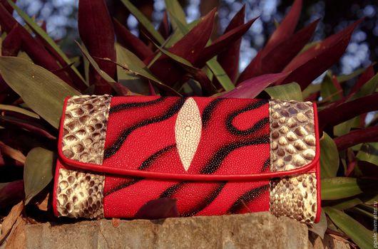 Кошелек из кожи ската и питона. Красный кошелек. Большой кошелек. Женский кошелек. Кошелек в подарок. Подарок женщине.