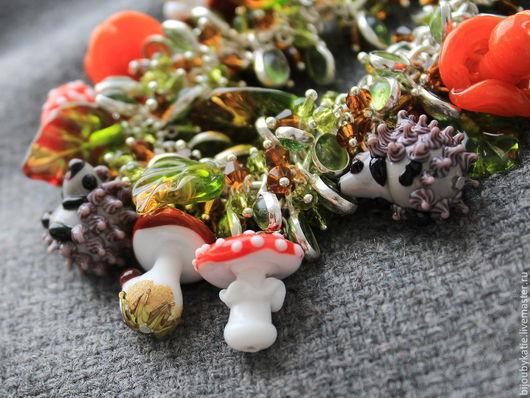 Браслет Лэмпворк Грибная полянка Браслет выполнен из авторских стеклянных бусин ручной работы в технике лэмпворк | lampwork  Ежики в осеннем лесу нашли много грибочков! Чудесные грибы боровички, рыжую