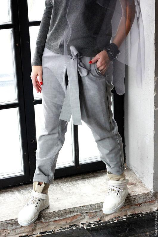R00012 Брюки  серые из костюмной шерсти, с заниженным шаговым швом. Изделия на каждый день, с уникальным дизайном.