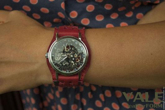 Часы наручные на браслете из натуральной кожи алого цвета.