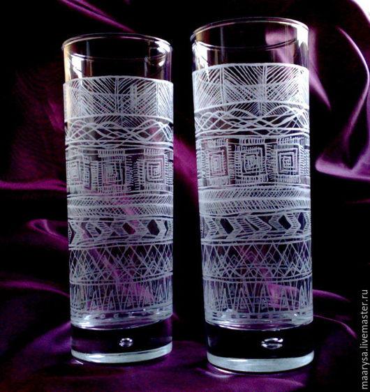 Высокие стеклянные стаканы для холодных напитков украшенные ручной алмазной гравировкой.