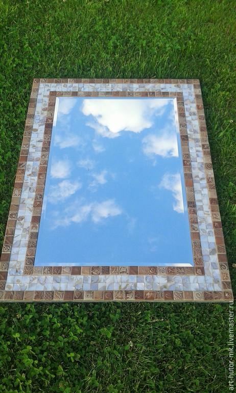 Зеркало с мозаичной рамой `Перламутровое` - это изящное сочетание натурального перламутра и оригинальной керамической мозаики.