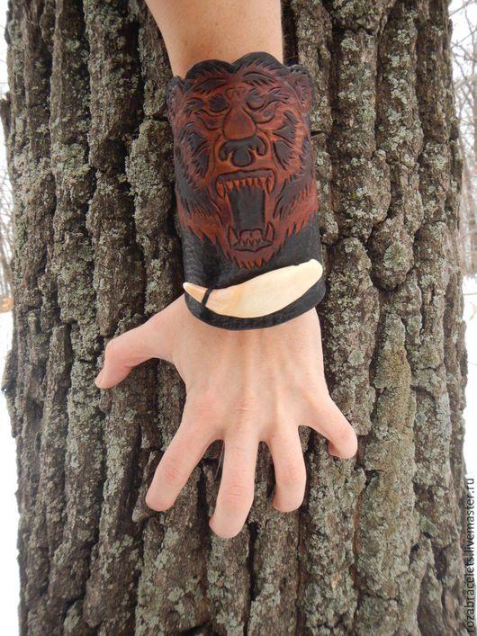 Браслеты ручной работы. Ярмарка Мастеров - ручная работа. Купить Широкий фигурный кожаный браслет с тиснением и клыком Медведь. Handmade.