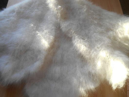 Косынка из кроличьего пуха.Цвет белый .Теплая ,зимняя,пышная,красивая и приятная к телу.