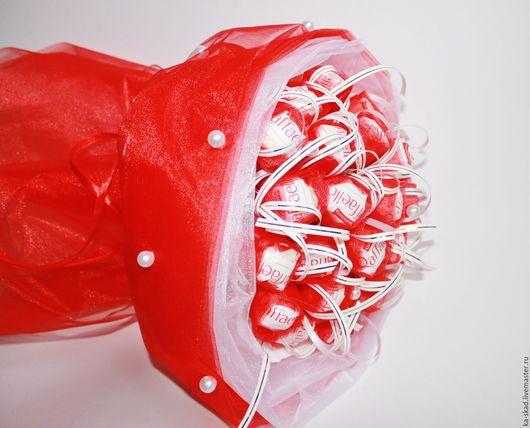 """Букеты ручной работы. Ярмарка Мастеров - ручная работа. Купить Букет из конфет """"Рафаэлло"""". Handmade. Ярко-красный, атласная лента"""