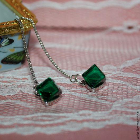 Длинные серьги с цепочками.Зелёные кристаллы.