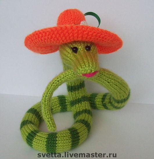 Вязанная спицами змейка