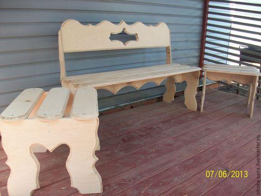В комплект мебели `Компания` входит скамья, два табурета и стул.