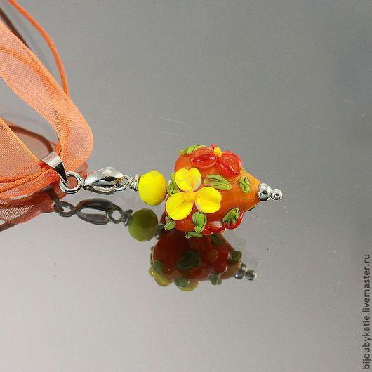 Лэмпворк кулон Цветы ручной работы в технике лэмпворк  / lampwork на шнурке\r\nКрасивый и яркий кулон лэмпворк с объемными цветами яркой, летней окраски\r\nВыполнено в единственном экземпляре, без повторо