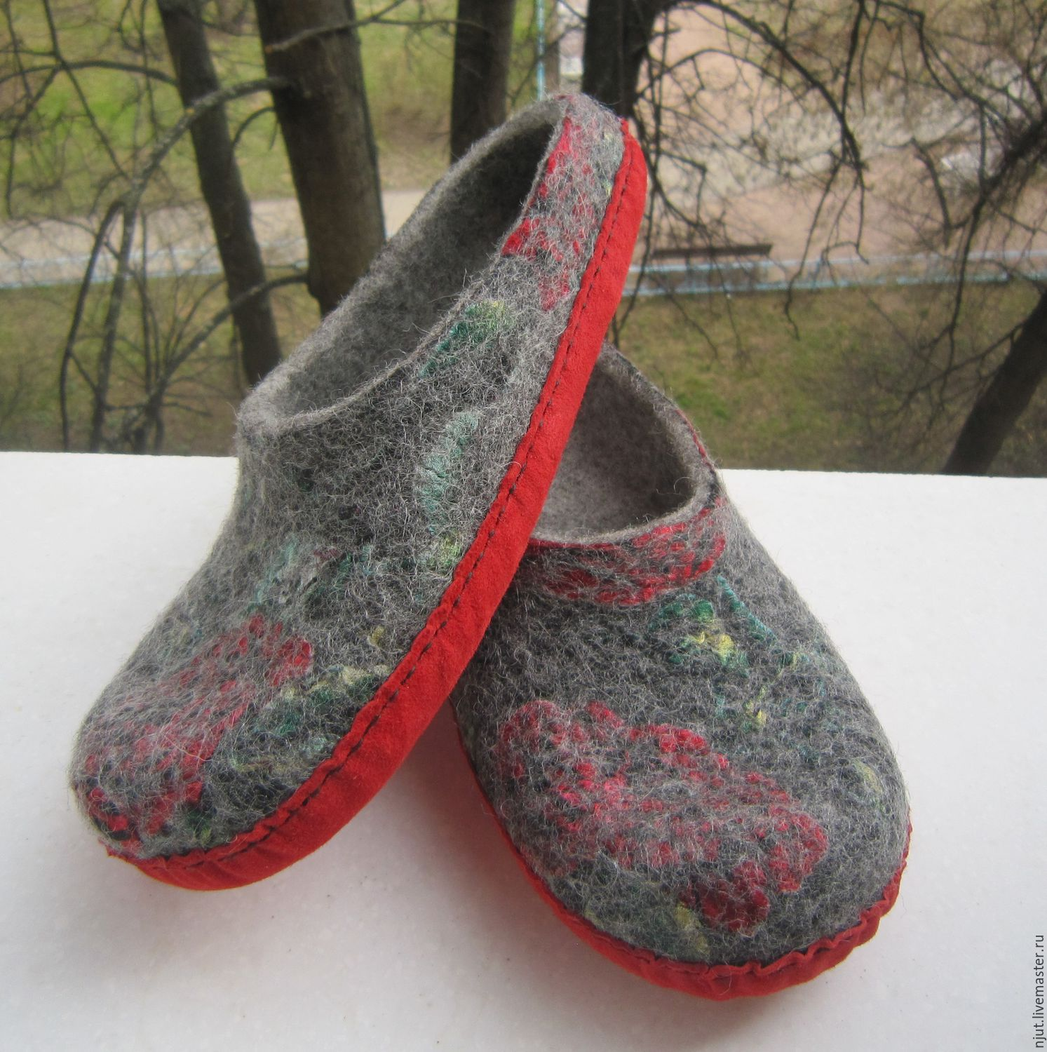 Slippers was felted by hand from wool Bergschaf. Decorated with silk Devore. Sole of genuine leather stitched waxed thread.Size 25 cm