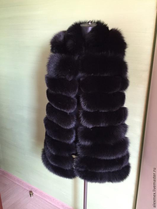 Меховая жилетка из песца , длина 80 см, на крючках , пошита на черной замше, подклад черный, ворот стоечка, возможен пошив аналогичной модели под заказ любой длины и размера.
