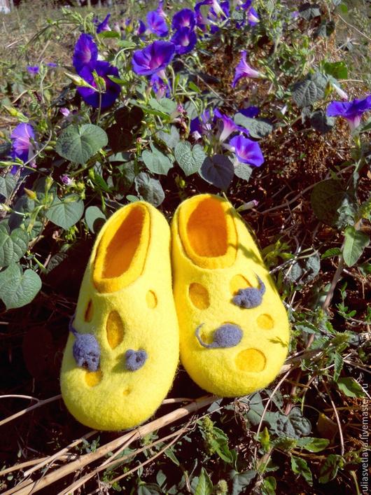 """Обувь ручной работы. Ярмарка Мастеров - ручная работа. Купить Валяные тапочки """"Сырные тапочки с мышками"""". Handmade. Войлочные тапочки"""