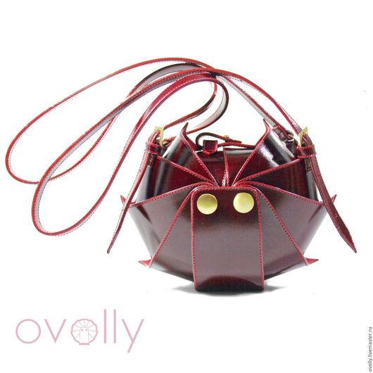Сумка «Орешек» M ручной работы, сделано из натуральной кожи. Цвет панцирного каркаса – вишневый, цвет срезов – бордовый, цвет декоративной строчки - красный. OVOLLY (ovoly)