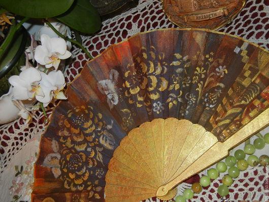 Веер можно использовать в качестве опахала в театре, на прогулке, на балу, в музее. Дома веер может украсить ваш интерьер. Хранить его лучше в раскрытом виде на особой подставке или на полке.