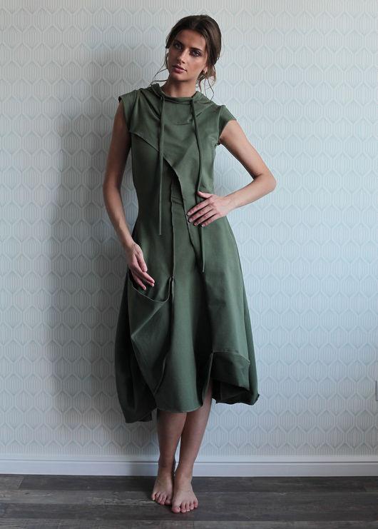 Мягкий крой и плавные линии подчеркивают достоинства фигуры, уютный капюшон не даст замерзнуть прохладным вечером. Это платье хорошо как само по себе, а также его можно сочетать с леггинсами и юбками.