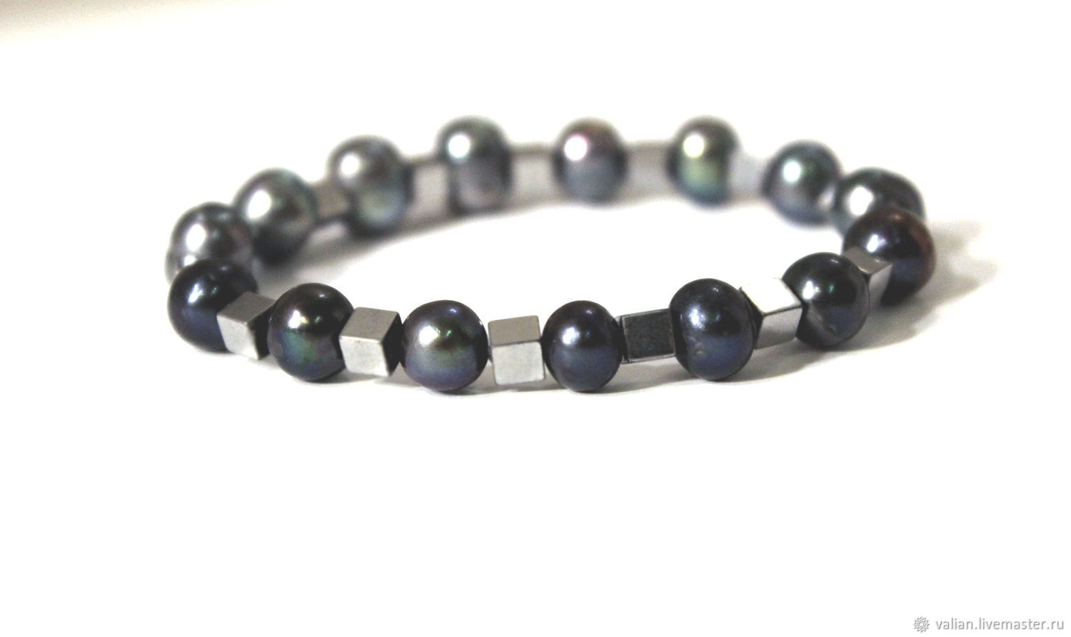 one of bracelet intercalate made with en pearl beads freshwater black