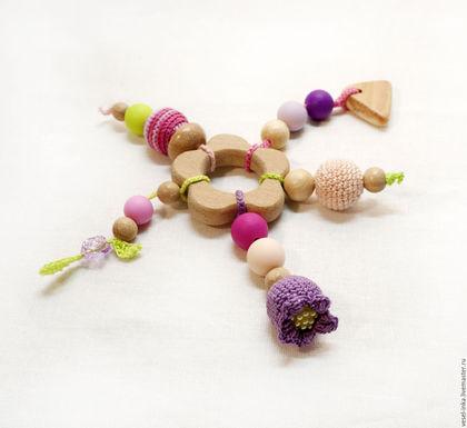 Грызунок-прорезыватель для девочки. Цветочек с подвесками. Легкий удобный грызунок. Ярмарка Мастеров - ручная работа. Первая игрушка малышки.