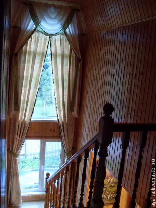 Карнизы и шторы с ламбрекеном для лестницы в частном доме. Высота потолков 5,5 м. Работа выполнена на заказ, включая установку карнизов и навеску готовых штор (высотные работы).