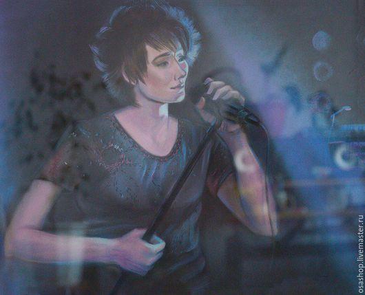 Певица Земфира. Картина выполнена пастелью с учетом концертного освещения.Тот самый таинственный момент,когда артист берет микрофон и несет свое творчество в свет. Оформлена в раму под стекло.