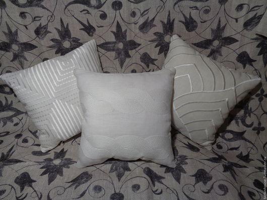 Подушки в белых тонах, выполнены из натуральных тканей - льна и хлопка, вышивка на подушках вискозная. Американские дизайны. 30 см на 30 см размер.  Возможна продажа не трех, а двух или одной подушки.
