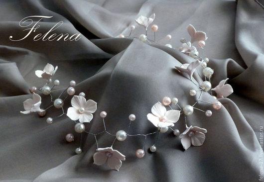 Украшение можно дополнить другими аксессуарами - цветы в прическу, бутоньерка для жениха, браслет для подружек невесты и др.