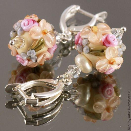 Серьги с бусинами лэмпворк Цветы и натуральными жемчужинами и с швензами английский замок из посеребренного мельхиора