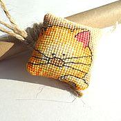Аксессуары ручной работы. Ярмарка Мастеров - ручная работа Вышитый брелок Рыжий котик, сам, с рыбкой и с мышкой, желтый, яркий. Handmade.