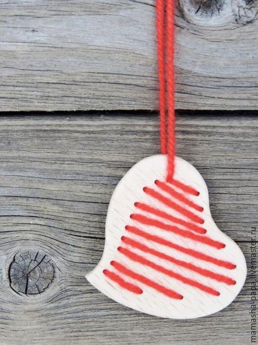 Подарки для влюбленных ручной работы. Ярмарка Мастеров - ручная работа. Купить Деревянная  подвеска - Шерстяная. Handmade. Ярко-красный