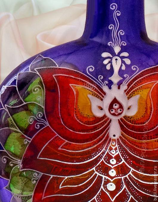 Фрагмент бутылки со стилизованным лотосом крупным планом. Мистическая бутылочка и очень символичная. Фиолетовый цвет - цвет мистики.