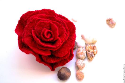"""Броши ручной работы. Ярмарка Мастеров - ручная работа. Купить Брошь валяная """"Роза"""". Handmade. Ярко-красный, брошь валяная"""