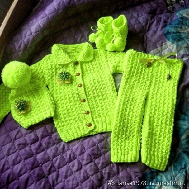 Комплект вязаный детский: кофточка, штанишки, шапочка и пинетки