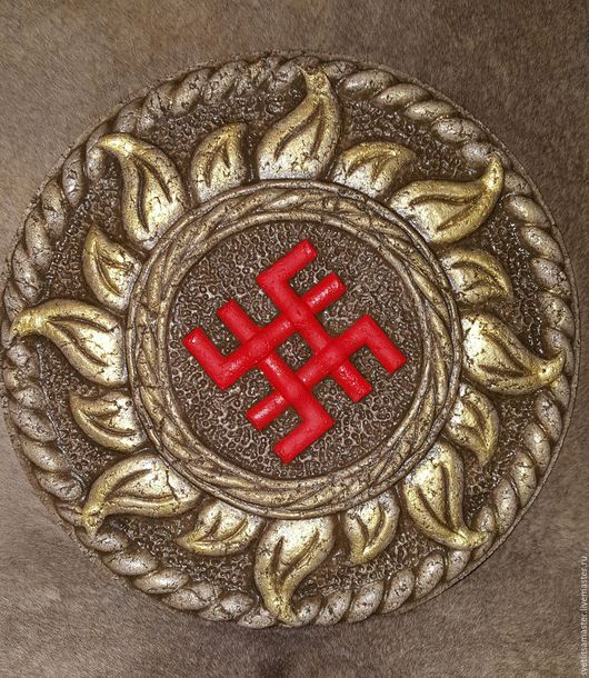 В темно-коричневом цвете с красным символом