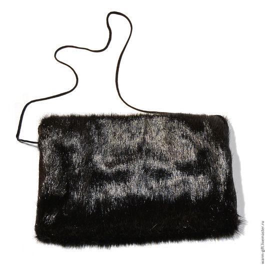 """Муфта """"Блестящий дружок"""" (04-33) Clutch sleeve """"Brilliant Friend"""" (04-33) Снаружи искусственный мех, черный блестящий. Внутри - мягкая подкладка из черного флиса. Размеры 30 х 22 см"""
