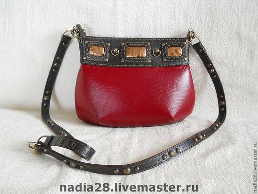 Женские сумки ручной работы. Ярмарка Мастеров - ручная работа. Купить Маленькая красная сумочка из кожи на длинном ремешке. Handmade.