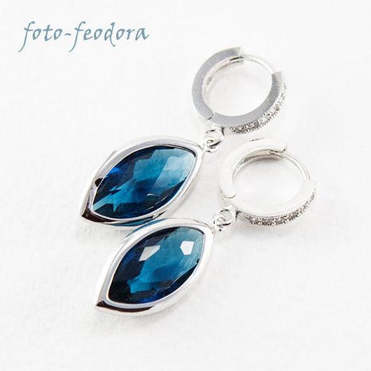 Красивые лёгкие синие серьги из ювелирного стекла, на каждый день. В работе использованы подвески синего цвета и металлическая фурнитура серебряного цвета - швензы колечки с фианитами.