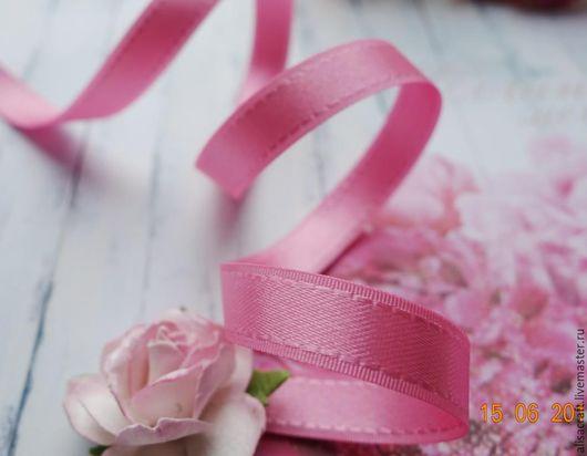 Розовая атласная лента, 9 мм. особенность - отстрочка по краям ленты.