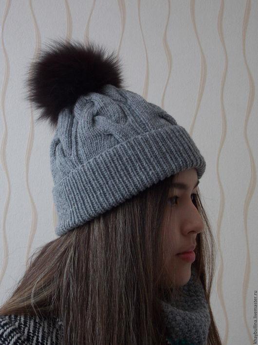 Вязаная шапка из полушерстяной пряжи со съемным помпоном из натурального меха.