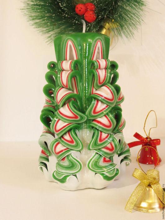 Резная свеча  ручной  работы `Новогодняя ель`  замечательный подарок на светлый праздник Новый год.  Высота свечи 20 см.