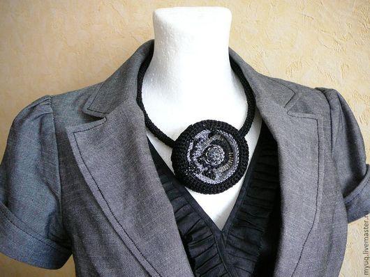 Украшение на шею (вязаный черный жгут с брошью - кулоном)\r\nвязаные украшения