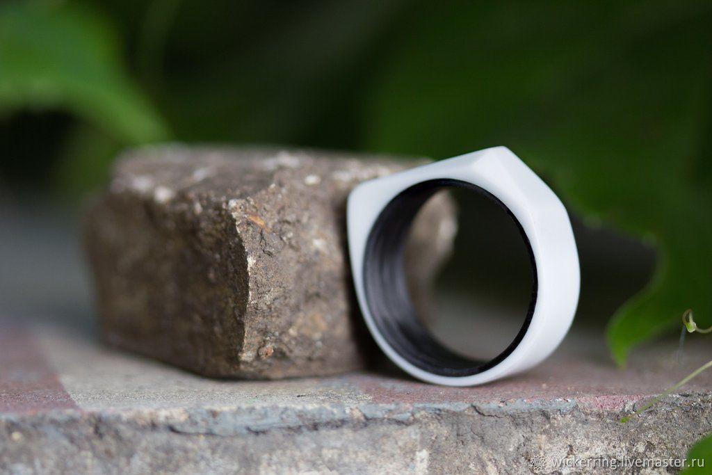 Черно-Белое женское кольцо из кориана и карбона от WickerRing
