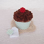 Кукольная еда ручной работы. Ярмарка Мастеров - ручная работа Кекс из фетра Шоколадный с малиной, игрушка из фетра. Handmade.