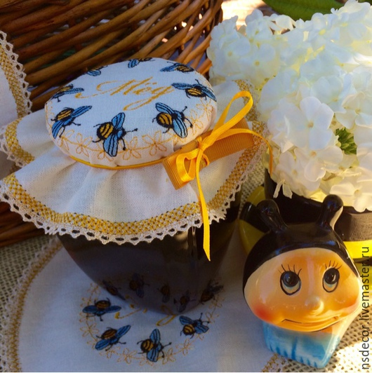 """Кухня ручной работы. Ярмарка Мастеров - ручная работа. Купить Льняная салфетка-крышка на банку """"Золотая пчелка"""". Handmade."""